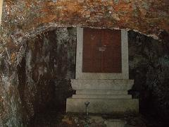 巌窟内の石廟