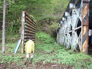 トンネルの左横